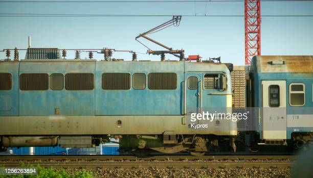 budapest, hungary - passenger train - hungria fotografías e imágenes de stock