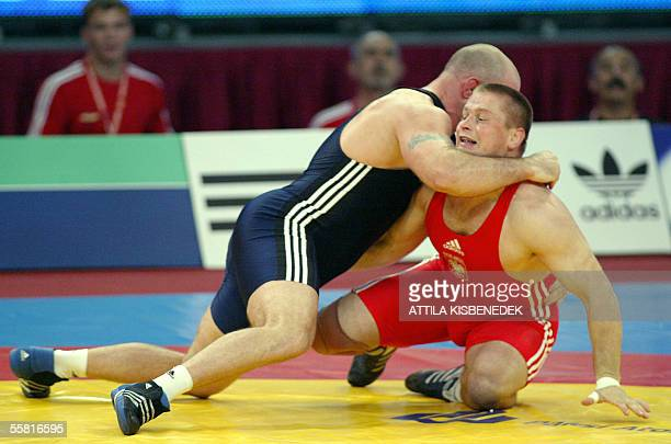 Polish Maksymilian Witek fights against Hungarian Otto Aubeli in 'Laszlo Papp' Sport Arena of Budapest 28 September 2005 during the free style 120 kg...