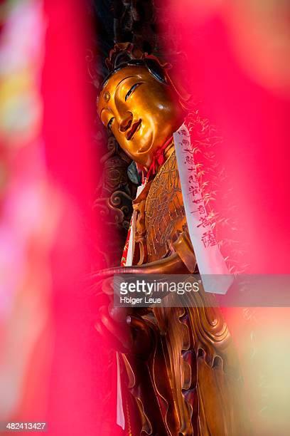 buddha and red ribbons at jade buddha temple - inclinando se - fotografias e filmes do acervo