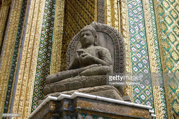buddha image near phra mondop, the library, bangkok - argenberg fotografías e imágenes de stock