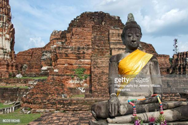 buddha in wat mahathat, ayutthaya historical park, thailand - jeremy chan stock pictures, royalty-free photos & images