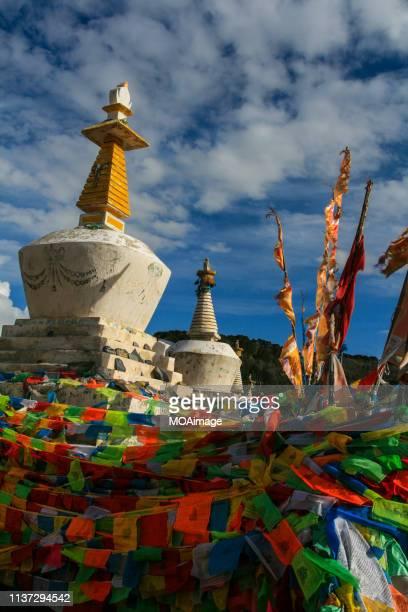 buddha pagoda and sutra banner,shangri-la,yunnan,china - shangri la stockfoto's en -beelden