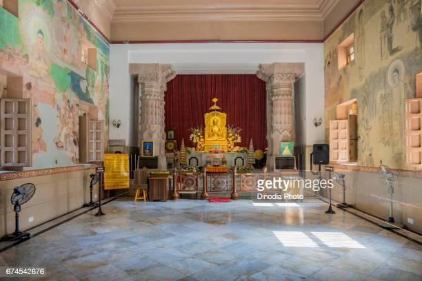 Buddha statue, mulgandha kuti vihar temple, sarnath, uttar pradesh, india, asia
