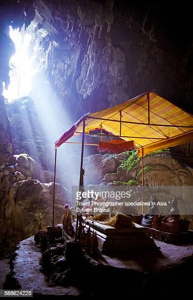 a buddha statue, vang vieng, laos -  brajeul sylvain photos et images de collection