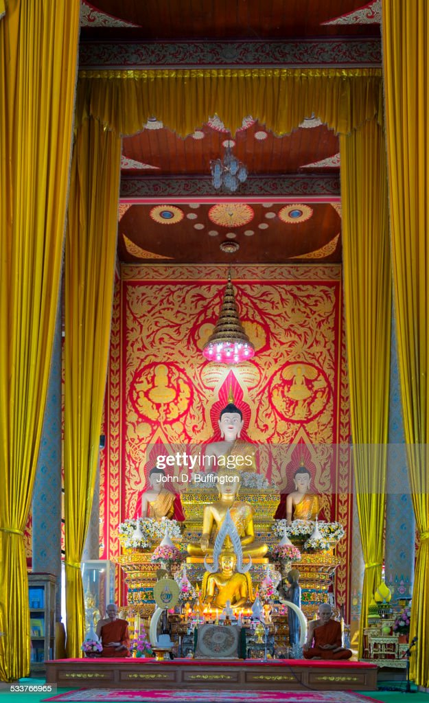 Buddha statues in ornate temple, Doi Saket District, Chiang Mai, Thailand : Foto stock