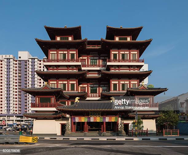 buddha tooth relic temple in china town singapore - tempel stock-fotos und bilder