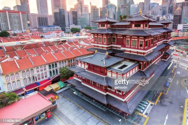 buddha zahn-tempel von singapur am morgen - reliquie stock-fotos und bilder