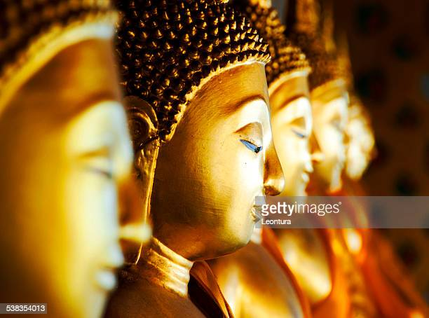 buddhas at wat arun, bangkok, thailand - boeddhisme stockfoto's en -beelden