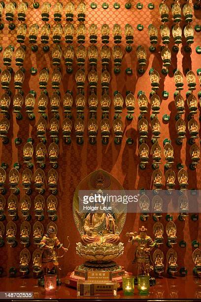 buddhas inside buddha tooth relic temple in chinatown. - oudheden stockfoto's en -beelden