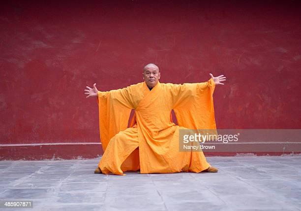 buddhist kung fu monk shaolin temple china. - 少林寺 ストックフォトと画像