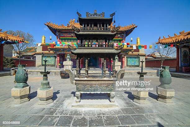 a buddhist monastery. da zhou temple in hohhot, inner mongolia, china. the oldest building and the largest temple in city of hohhot, inner mongolia. its one of the major tourist attraction in hohhot. - hohhot fotografías e imágenes de stock