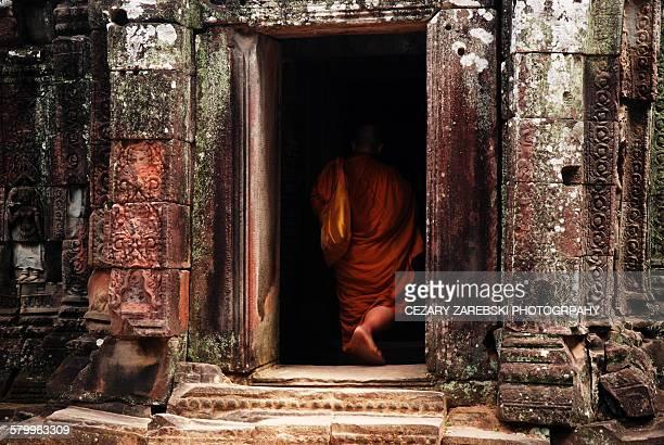buddhist monk at angkor wat temple complex - ruina antigua fotografías e imágenes de stock