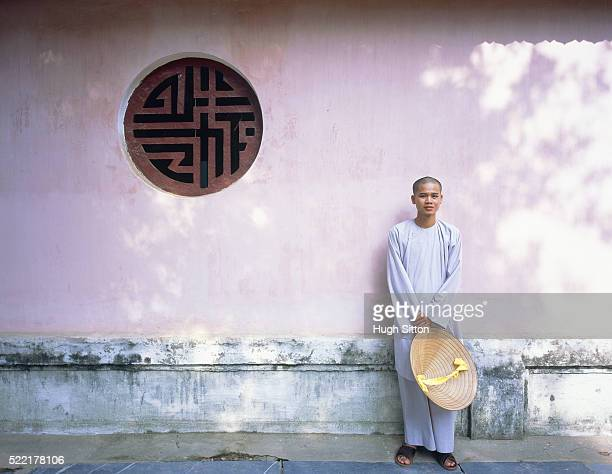buddhist monk at thien mu pagoda, vietnam - hugh sitton stock-fotos und bilder