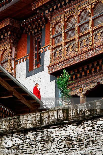 buddhist monk meditating in monastery - trongsa district stockfoto's en -beelden