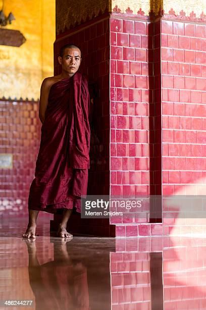 buddhist monk next to pillar in shade - merten snijders imagens e fotografias de stock