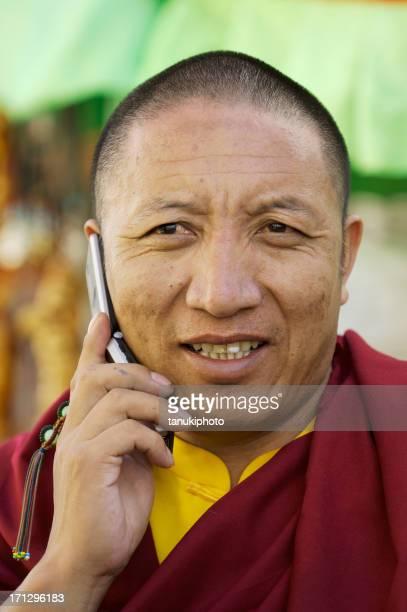 buddhist monk on the phone - tibetaanse cultuur stockfoto's en -beelden