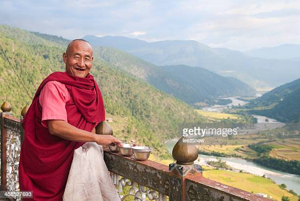 Buddhistischer Mönch mit Blick auf das Paro River