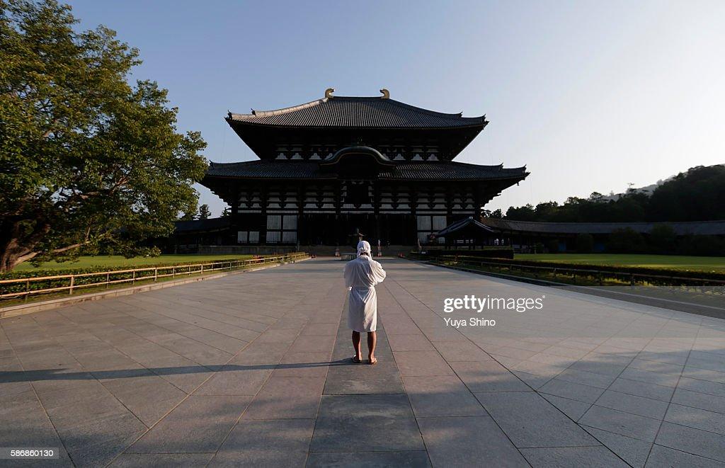 Monks Clean The Great Buddha of Nara  Ahead Of Bon Festival : ニュース写真