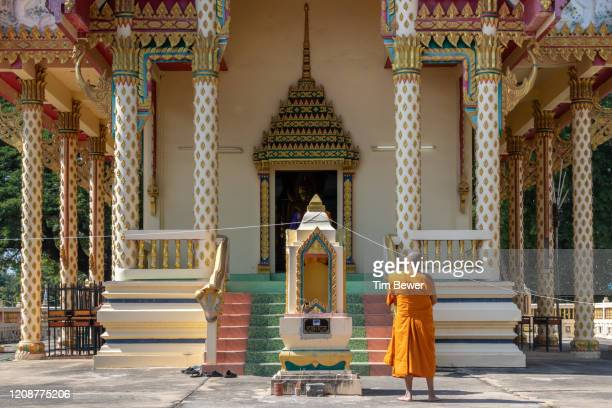 buddhist monk waiting outside ubosot before confessional meeting. - tim bewer fotografías e imágenes de stock