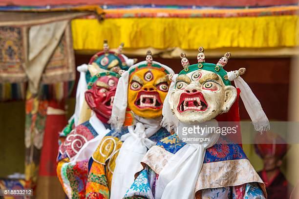 Buddhistische Mönche sind durch eine heilige Tanzen in Ladakh Distrikt.