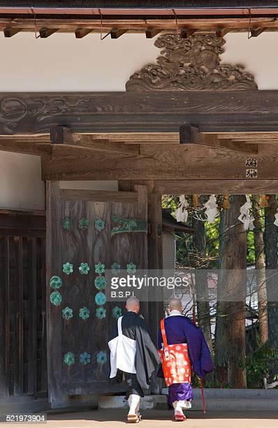 buddhist monks at kongobu-ji temple atop sacred koyasan mountain in wakayama, japan - shingon buddhismus stock-fotos und bilder