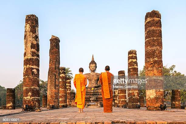 buddhist monks at wat mahathat temple, sukhothai - bangkok province stock pictures, royalty-free photos & images
