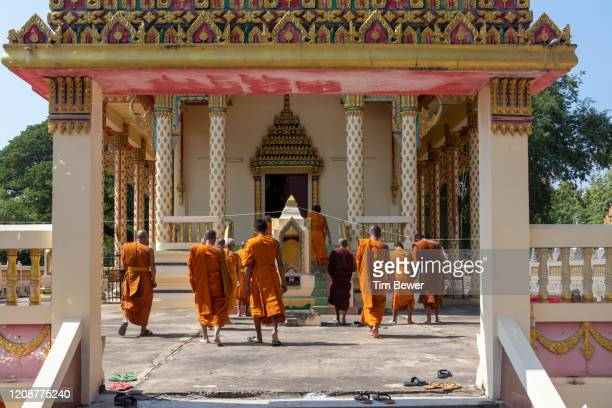 buddhist monks entering ubosot before confessional meeting. - tim bewer fotografías e imágenes de stock