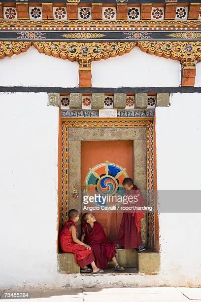 buddhist monks, paro dzong, paro, bhutan, asia - paro stock-fotos und bilder