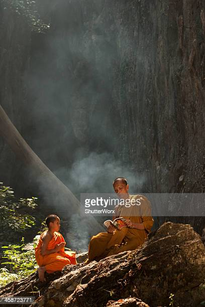 buddhist monks - showing respect stock pictures, royalty-free photos & images