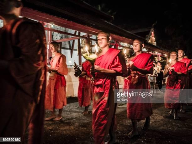 Buddhistische Mönche beten in Wat Mail bei Luang Prabang Laos Vesak