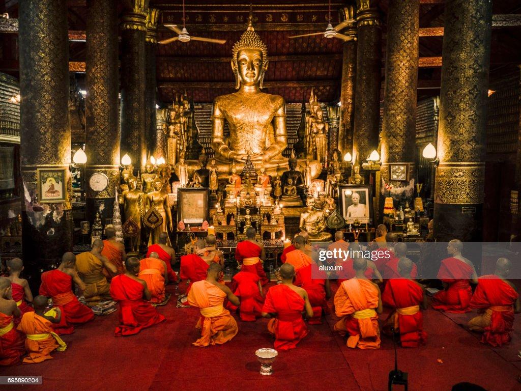 Buddhistische Mönche beten in Wat Mail bei Luang Prabang Laos Vesak : Stock-Foto