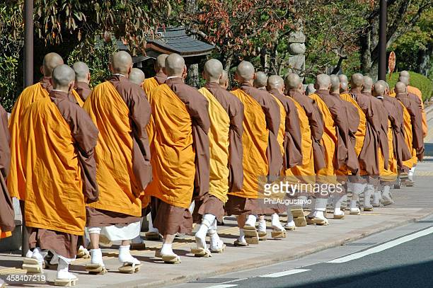 buddhistische mönche, gehen zu fuß als gruppe vergangenheit-schrein - koyasan stock-fotos und bilder
