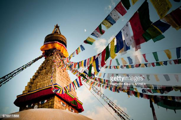 buddhist prayer flags on boudhanath stupa, kathmandu, nepal - unesco stockfoto's en -beelden