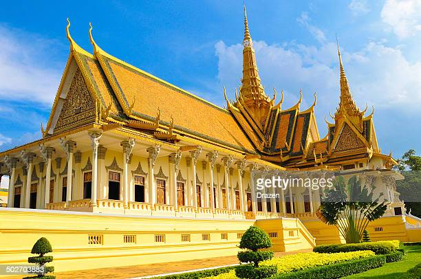 buddhist royal palace on sunny day in phnom phen, cambodia - phnom penh stock pictures, royalty-free photos & images