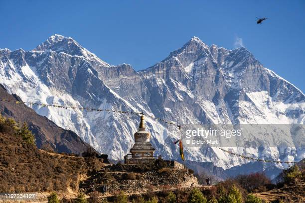 buddhist stupa along the hiking trail in the khumbu valley with mt everest in nepal - solu khumbu stock pictures, royalty-free photos & images