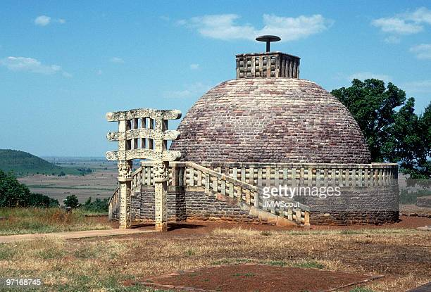 buddhist stupa in sanchi, india - stupa stock pictures, royalty-free photos & images