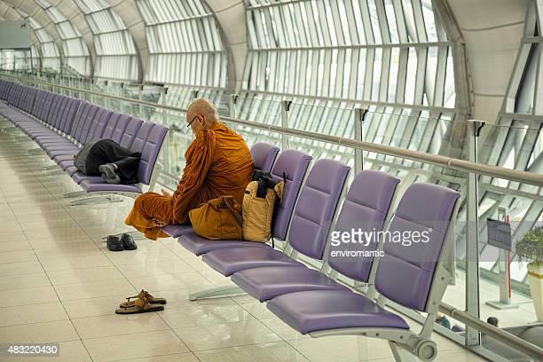 Buddhistischen Thai monk und Schlafen Passagier