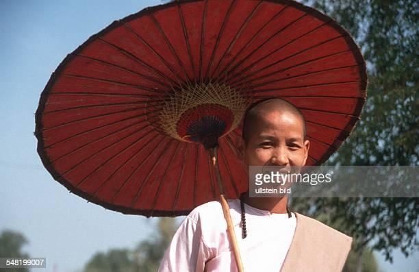 buddhistische Nonne mit Sonnenschirm in Mingun Myanmar 2003