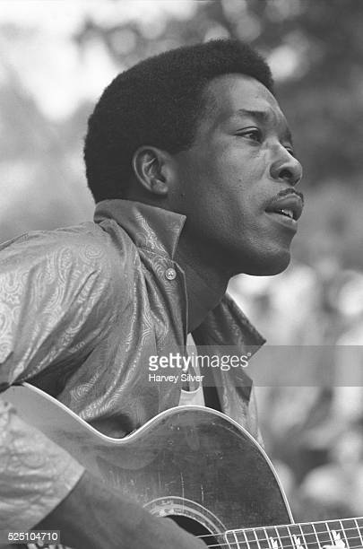 Buddy Guy performs at a guitar workshop during the 1968 Philadelphia Folk Festival