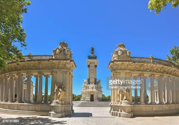 buen retiro park monument to alfonso xii rear view - nationaal monument beroemde plaats stockfoto's en -beelden