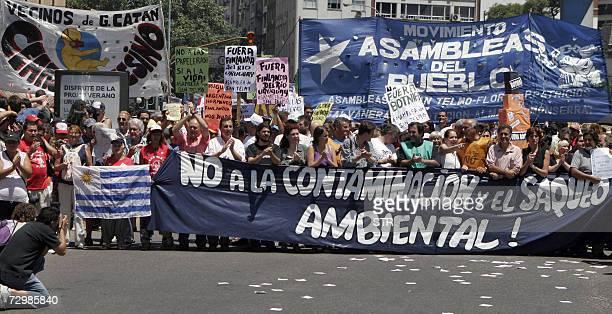 Asambleistas de la ciudad de Gualeguaychu movimientos barriales y organizaciones piqueteras realizan una protesta cerca de las oficinas portuarias de...