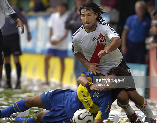 Boca Juniors' Matias Silvestre vies for the ball with River Plate's Ernesto Farias 26 March 2006 during their Clausura tournament match in La...