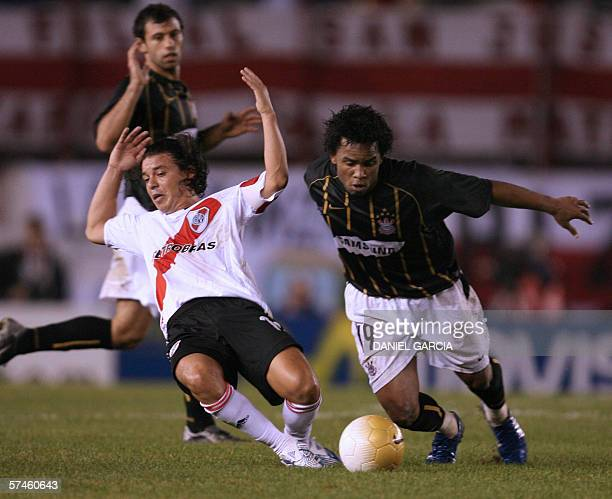 Corinthians' Carlos Alberto vies for the ball with River Plate's Marcelo Gallardo while Javer Mascherano looks on 26 March 2006 during their...