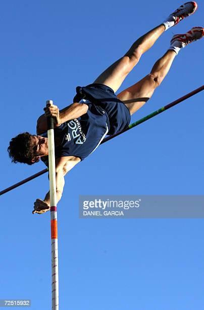 El argentino German Chiaraviglio supera en salto con pertiga la varilla a 565m consiguiendo la medalla de oro y el record sudamericano el 12 de...