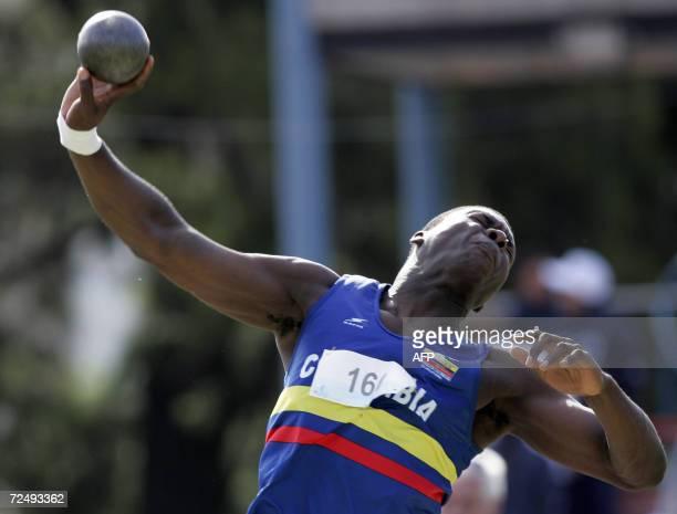 El colombiano Carlos Garcia Cordoba lanza la bala para ganar la medalla de plata el 10 de noviembre de 2006 en Buenos Aires durante los VIII Juegos...