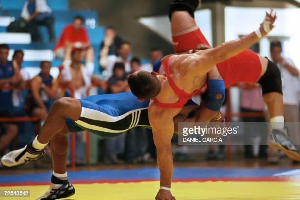 El colombiano Cristian Mosquera lucha con el venezolano Eddy Bartolozzi para ganar la medalla de oro en la categoria Libre 84 kg el 14 de noviembre...