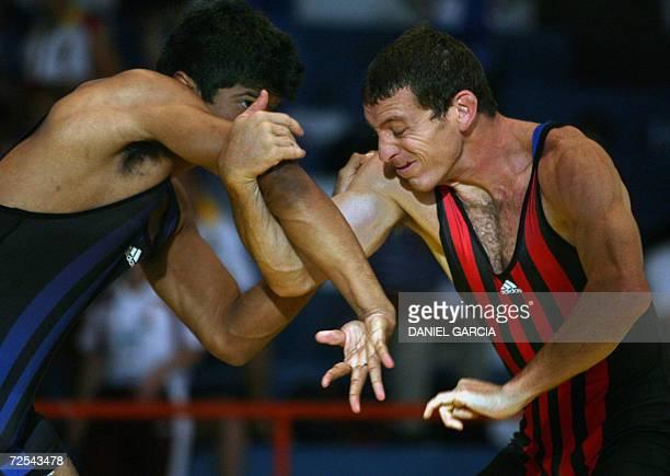 El panameno Samuel Arroyo lucha con el argentino Federico De la Pena para ganar la medalla de bronce en la categoria Greco 84 kgs el 14 de noviembre...