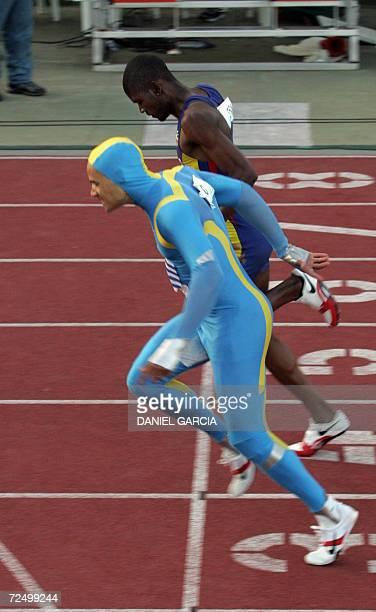 El uruguayo Andres Silva supera al colombiano Geiner Mosquera para ganar la medalla de oro en la competencia de 400m el 10 de noviembre de 2006 en...