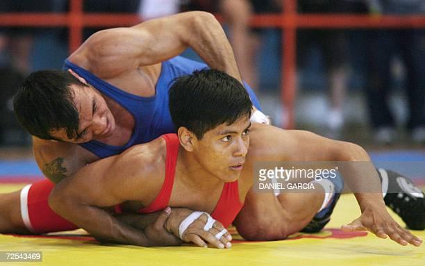 El venezolano Jorge Cardozo lucha con el peruano Paul Sobrado para ganar la medalla de oro en la categoria Greco 55 kgs el 14 de noviembre de 2006 en...