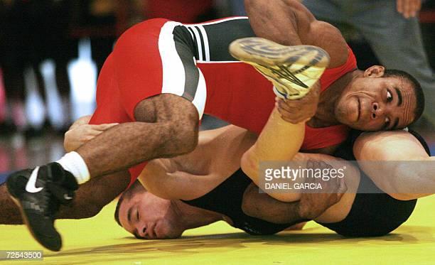 El venezolano Ricardo Roberty lucha con el colombiano Edison Hurtado para ganar la medalla de oro en la categoria Libre 66 kg el 14 de noviembre de...